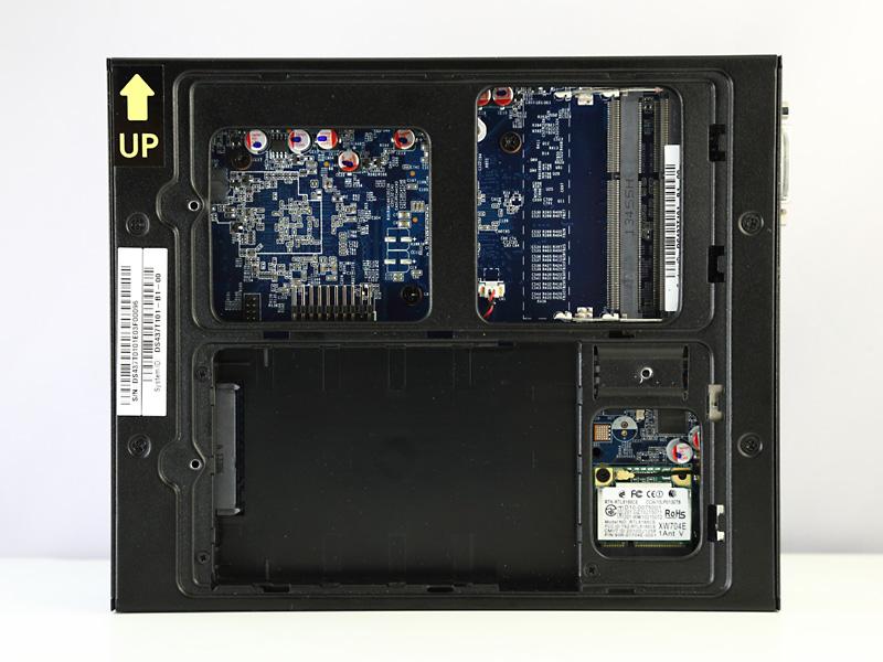 本体天板側のベイカバーを外すとメモリスロット(DDR3 SO-DIMM×2)、本体底面側は2.5インチドライブとMini PCI Expressスロット(無線LANモジュールで占有済み)にそれぞれアクセスできる。
