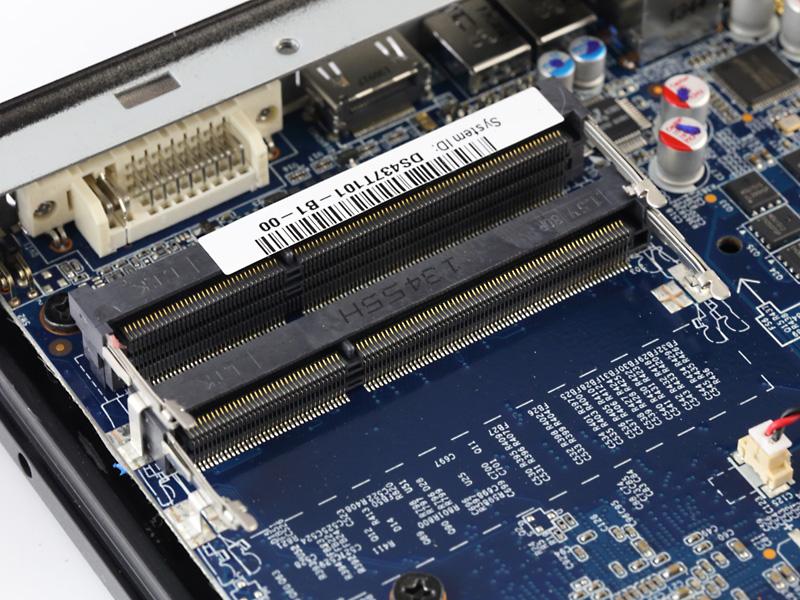 DDR3 SO-DIMMスロット×2。DDR3-1333/1600のデュアルチャンネル動作に対応。