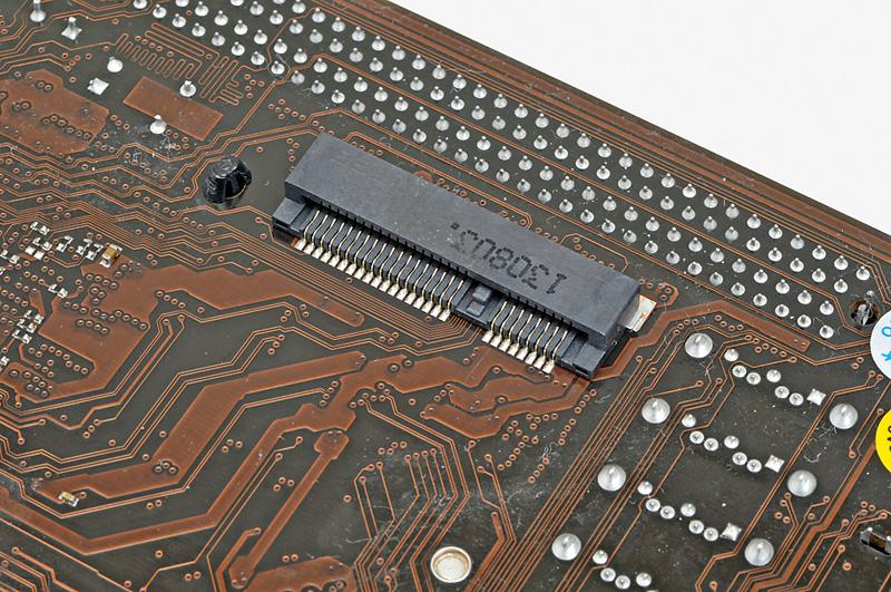 """【接続はこのスロット】<br class="""""""">約30mmの幅のスロットに接続する。切り欠きが用意されているので、逆挿しはできない"""