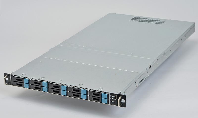 """【SB122-TO】<br class="""""""">AICが開発したラックマウントサーバー。SFF8639に対応したエンクロージャを搭載しており、最大8台のPCI Express対応のSSDと2台のSerial ATA対応の製品を利用できる。今回はこのサーバーに左のSSDを接続してテストを行なった"""