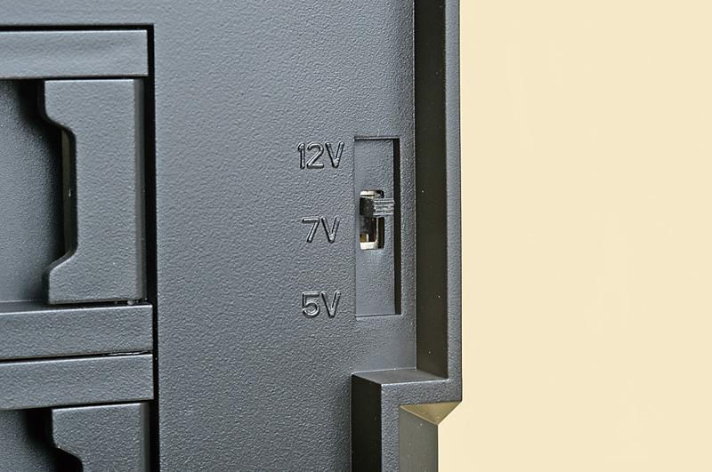 <b>ケース付属のファンコントローラを使用</b><br>Fractal Design Define R4付属のファンコンは、電圧(12V[標準]、7V、5V)によってファンの回転数を変更できるので、その効果を試した