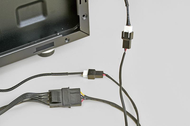 <b>ファンの電源ケーブルはファンコントローラに接続</b><br>ファンコンでファンの回転数を制御する場合、ファンの電源コネクタはファンコントローラに接続する必要がある