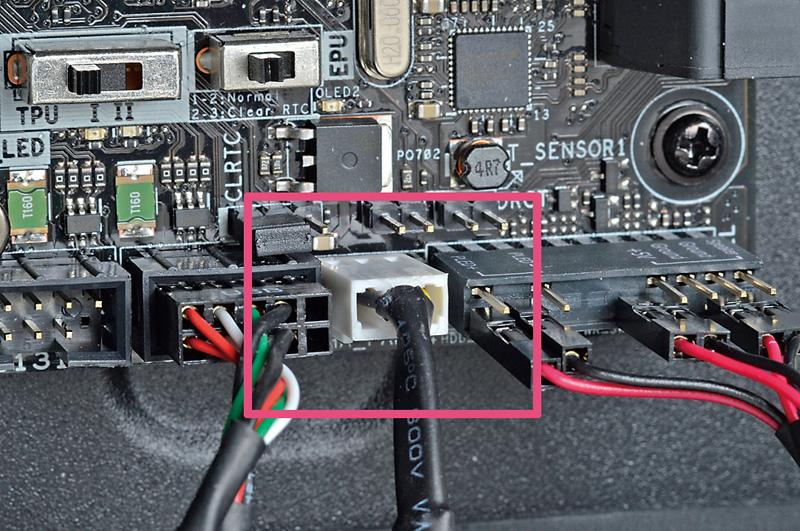 <b>ファンの電源ケーブルはマザーボードに接続</b><br>Fan Xpert 3でファンの回転数を制御する場合、ファンの電源コネクタはマザーボードに接続する必要がある