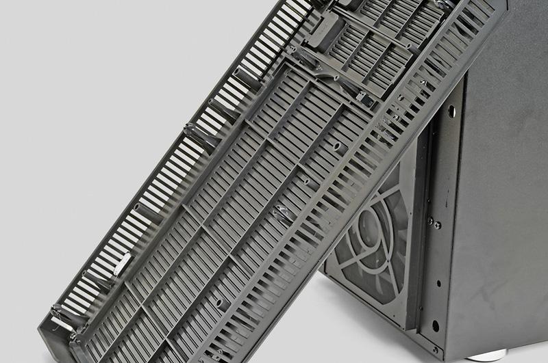 フロントパネルの両サイドの通気口をアイネックスのマルチ吸音・防音シート 特大 MA-041B(実売価格:2,200円前後)を貼り付けてふさいだ。このシートはカットして使用するタイプ