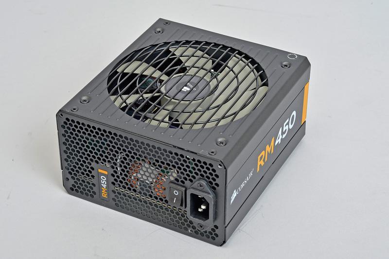 """<b class="""""""">Corsair Components RM450</b><br class="""""""">実売価格:11,500円前後<br class="""""""">負荷率が40%以下の場合はファンが回転せず無音で動作する定格出力450Wの準ファンレス電源ユニット。80PLUS Gold認証を取得しており、高効率かつ低発熱で動作する"""