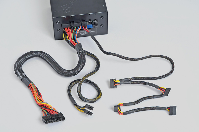 "<b class="""">PCI Express補助電源が不要な場合は電源ケーブルを3本にできる</b><br class="""">PCI Express補助電源が不要なビデオカードやCPU内蔵GPU使用時は、電源ケーブルをATX24ピン電源、EPS12V電源、Serial ATA電源の3本にすることができる"