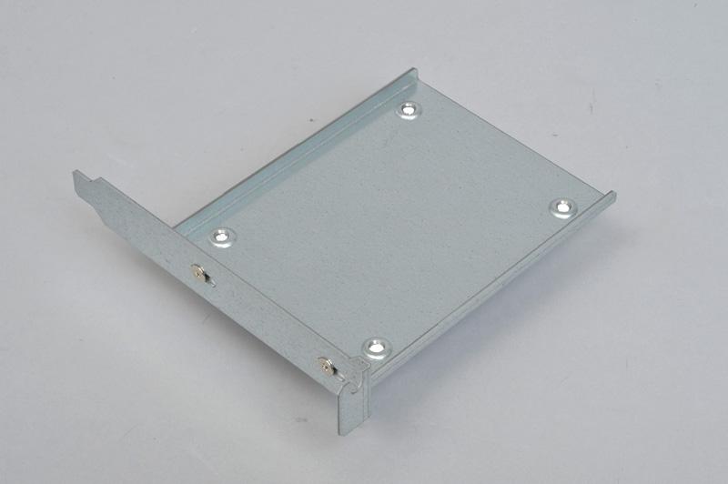 <b>親和産業 SS-NMTPCI</b> 実売価格:800円前後<br>拡張カードの形状をしたSSD増設用アイテム。拡張カード固定部にネジ止めするだけなので搭載するスロットの位置や種類を選ばない