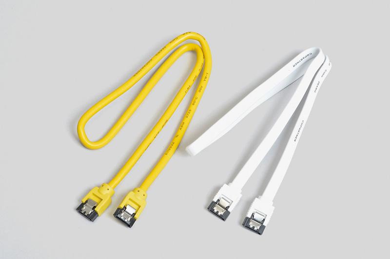 黄色と白のケーブルはミヨシの50cm Serial ATA 3.0ケーブル。黄色のケーブルの型番はJST-3S05/YL。実売価格:900円前後。白色のケーブルの型番はJST-6S05/WH。実売価格:600円前後