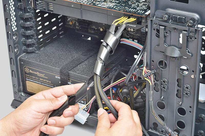 """<b class="""""""">太めのケーブルはスパイラルチューブでまとめる</b><br class="""""""">ビデオカードに接続するPCI Express補助電源ケーブルなど、太めのケーブルはスパイラルチューブでまとめるとよい。写真は、アイネックスの内径10mmのスパイラルチューブ「KC009BK」。実売価格:500円前後"""