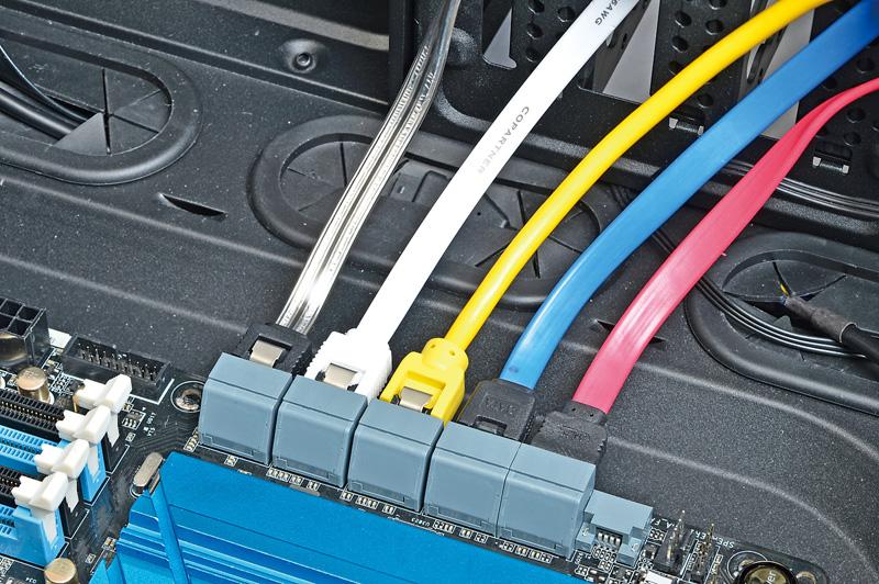 """<b class="""""""">Serial ATAケーブルの色を変えると接続ドライブの判別が容易に</b><br class="""""""">写真のようにドライブごとにSerial ATAケーブルの色を変えると、どのポートにどのドライブが接続されているかがすぐに判別できるので、取り外す際などに迷わずにすむ"""