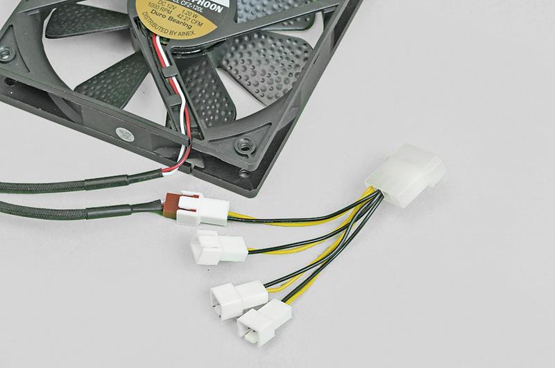 ペリフェラルコネクタをファン用コネクタに変換するタイムリー「4ピン(大)→ファン用3ピン(オス)×4分岐ケーブル GN-PW013F」。実売価格:500円前後