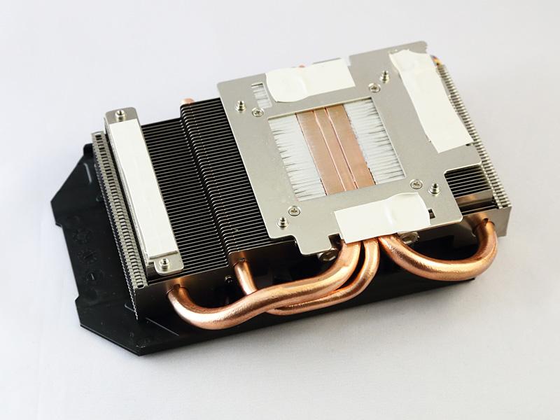 GPUクーラー。100mm径の大口径ファンを1基備え、ヒートシンクには8mm径ヒートパイプ2本と6mm径ヒートパイプ1本を搭載。