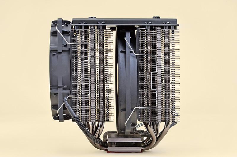 外側12cm角、内側は13.5cm径と口径が異なるが、どちらも同社のSILENT WINGSシリーズのファンを採用。外部のファンは高めの位置にマウントできるため、メモリとの干渉を抑えられる