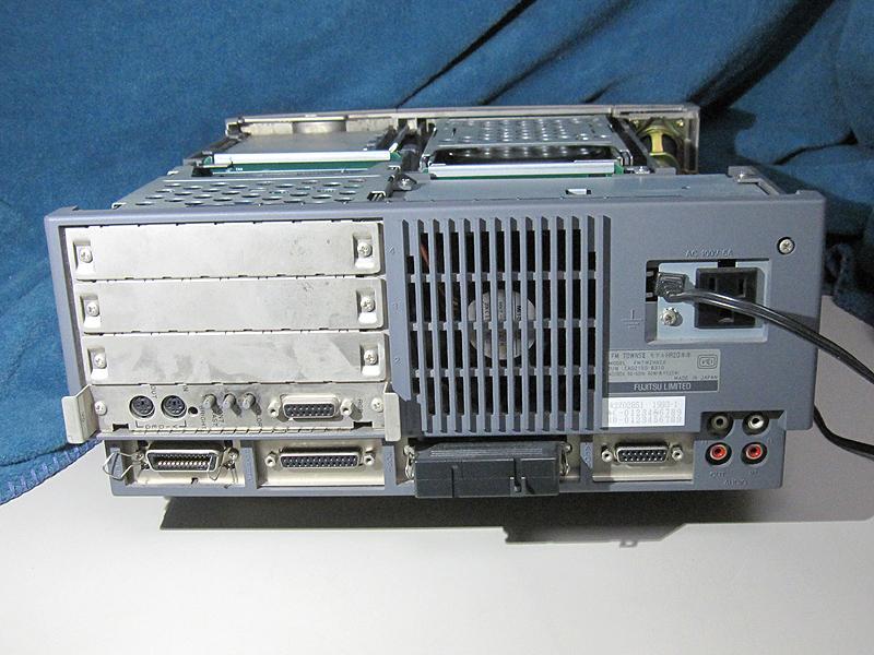 背面です。左からプリンタ、RS-232C、SCSI、アナログRGB、ラインアウト、ラインインです。しっかりした冷却ファンが搭載されています。