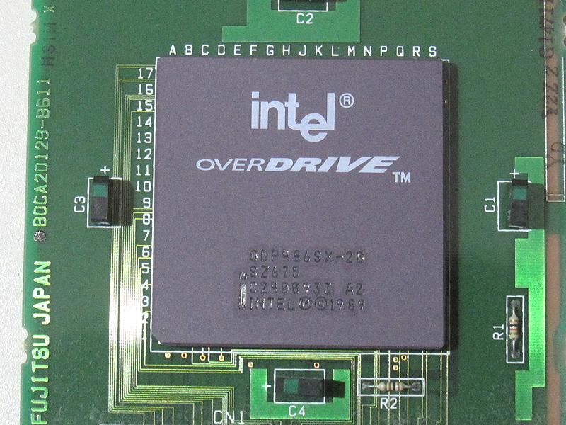 Intelのオーバードライブプロセッサ「ODP486SX-20」です。40MHzで動作します。最近のIntel製CPUでは考えられませんが、冷却ファンもヒートシンクも使用しない自然空冷です。