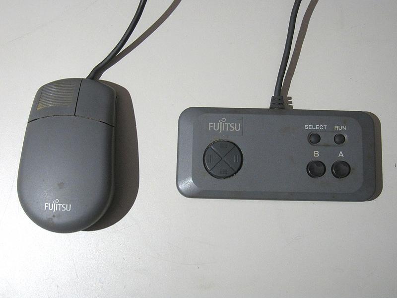 付属のジョイパッドとマウスです。接続はATARI準拠の9ピンコネクタ。先代まではUFOのような丸いマウスでした。