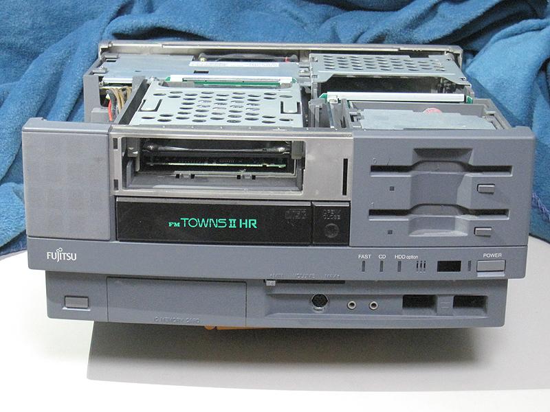 本体正面です。上部カバーとベイカバーは外してあります。HDDの代わりに3.5インチの機器を搭載することもできますが、当時はMOくらいしかありませんでした。