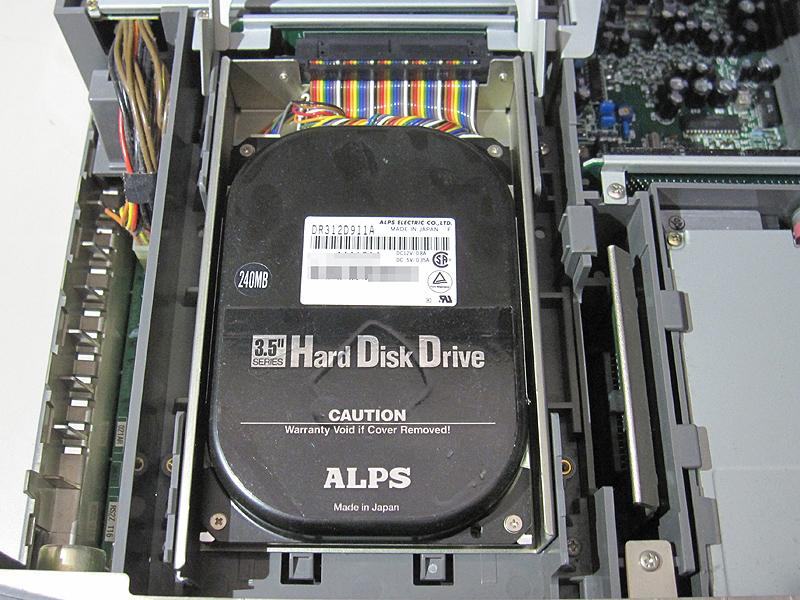 """容量200MBのSCSI HDDです。現在の主流である2TB HDDの1/10,000の容量です。SCSI接続なので<a class="""""""" href=""""http://akiba-pc.watch.impress.co.jp/docs/news/news/20141007_670299.html"""">変換番長</a>を使った環境構築にも挑戦できそうです。"""