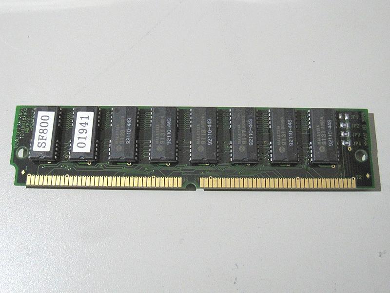 アイ・オー・データ製の増設メモリ 8MBです。本体の4MBと合わせると、メインメモリは12MBになります。72ピンの端子が両面にあります。