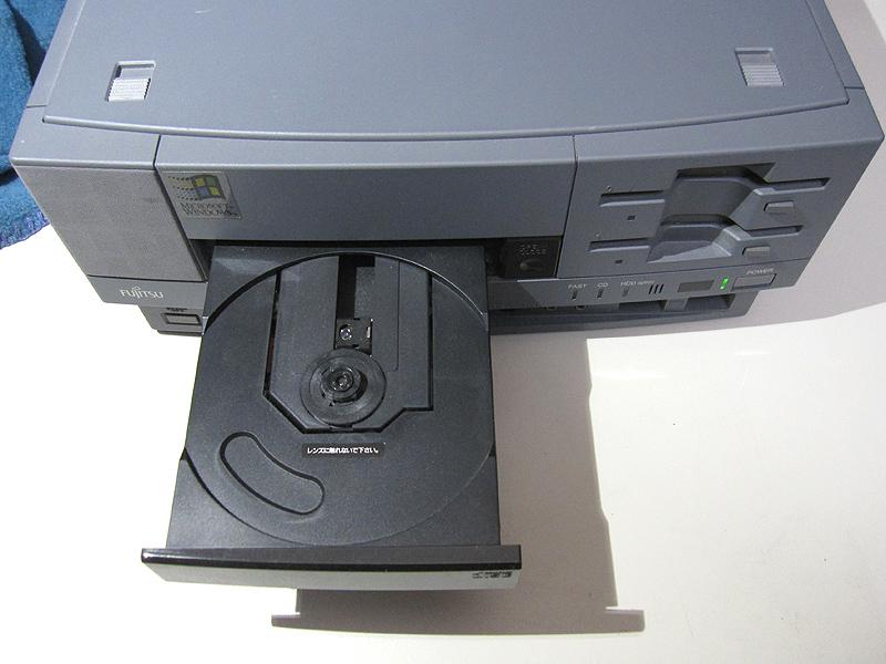 CD-ROMドライブはトレイ式です。メディアはラチェットに固定します。初めて装着した時は、メディアが割れそうな気がして強く押し込めませんでした。
