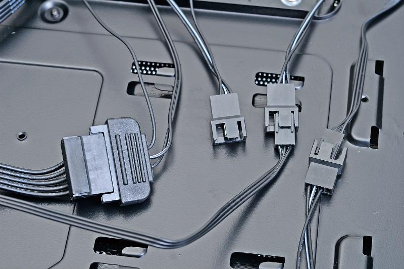 """<b class="""""""">ファンコンを標準搭載</b><br class="""""""">ケースにはファンコンが標準で搭載されている。Serial ATAの電源で動く仕組だ"""