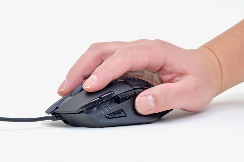 """<b class="""""""">掴み持ちでも快適</b><br class="""""""">筆者はマウスを掴み持ちして使用するが、すべての指がピタッとフィットする。親指がよい感じに引っかかるのが使いやすい"""