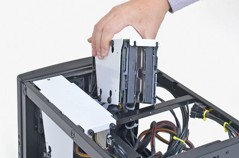 """<b class="""""""">ストレージ容量がキモ</b><br class="""""""">動画の録画には大容量のHDDが欠かせないが、シャドーベイが足りない場合は、システム用SSDをM.2 SSDに変更してベイを空けることも考えよう"""