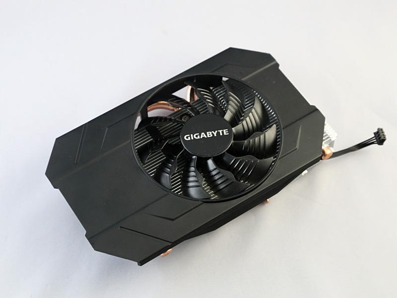GPUクーラー。8mm径ヒートパイプ2本を備えたヒートシンクに、90mm径ファン1基を搭載する。