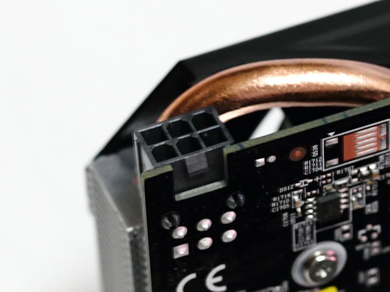 補助電源コネクタは6ピン1系統。