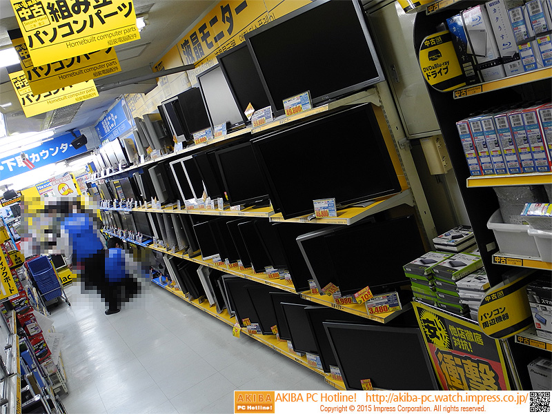 中古品のPCパーツや周辺機器、液晶ディスプレイなどが並ぶ。