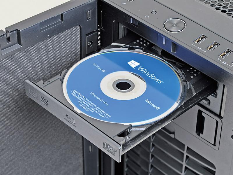 PCの電源をONにして、光学ドライブのトライを開き、OSのインストールディスクを入れてトレイを閉じる。ディスクを認識したら再起動する
