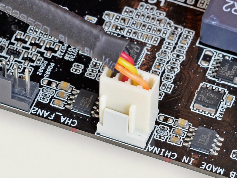 マザーボード上の「CPU_FAN」と印字されたコネクタにCPUファンの電源ケーブルを接続する。コネクタとケーブルの凹凸を合わせて挿し込もう