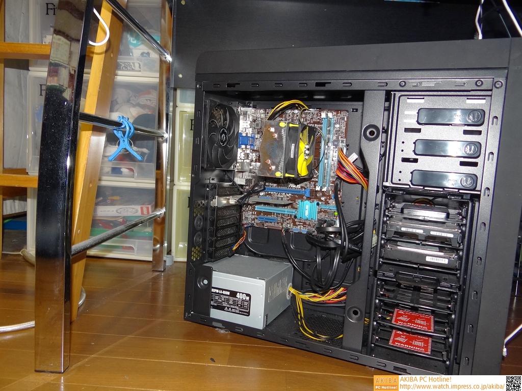 今回改造するマシン内部。ATXケースにmicroATXマザーを入れるとは、中々玄人っぽい組み方。というかakasa製CPUクーラーなんて、実にレアなものをお持ちのようだ。