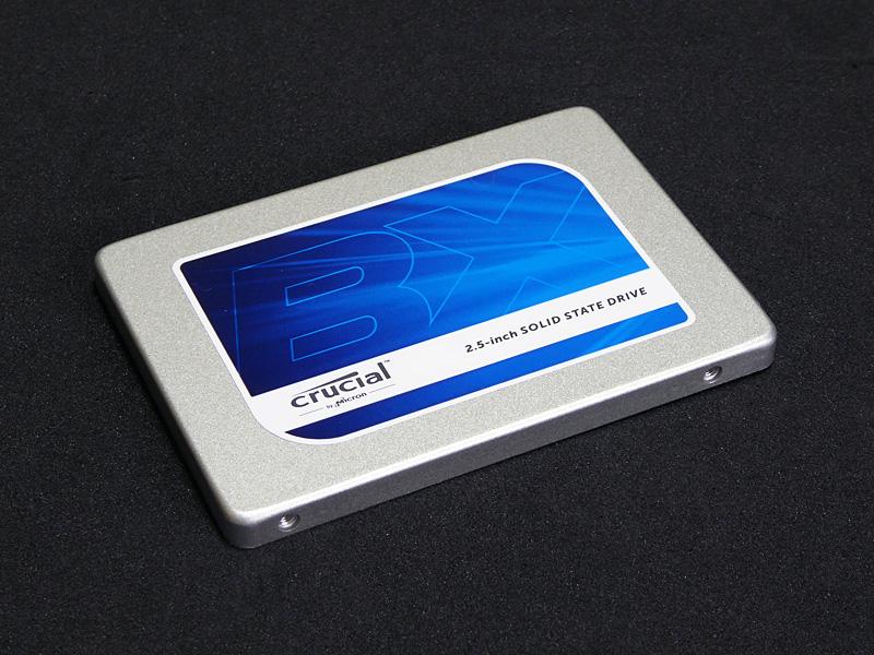 CT500BX100SSD1はBX100シリーズの500GBモデル。なお、250GBモデルの場合、500GBモデルよりパフォーマンスが劣るので製品選びのポイントとしてほしい。
