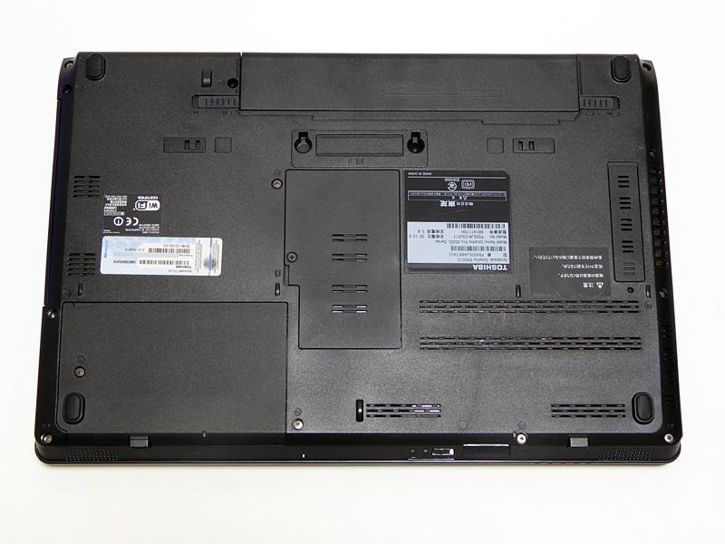 底面にあるHDDベイのフタはネジ1本で固定されている。