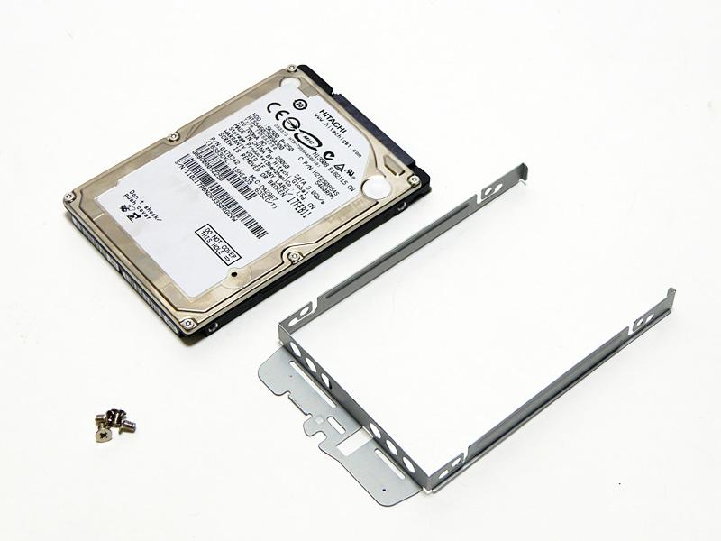 HDDトレイと搭載されていたHDD。HDDはネジ4本で固定されている。