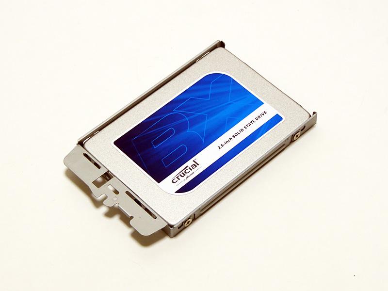 トレイにSSDを差し込み、ネジ4本で固定する。CT500BX100SSD1は7mm厚のため、若干のスペースができるが問題はない。気になる場合は、製品付属の9.5mm厚に変換するスペーサーを使用しても良いだろう。