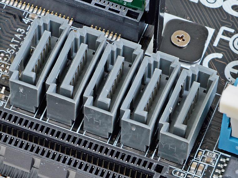 LGA1150 CPU対応のMini-ITXマザーではSerial ATAポートを4基しか搭載しないものも多いが、本機はSerial ATA 3.0ポートを5基搭載している
