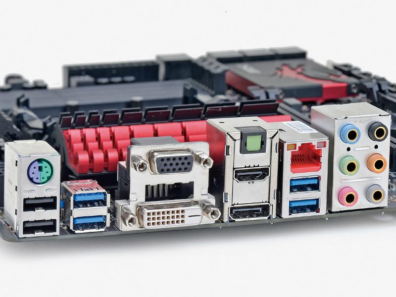 【スペック】対応CPU:A10/A8/A6/A4●メモリスロット:PC3-19200 DDR3SDRAM×4(最大32GB)●ディスプレイ:DisplayPort×1、HDMI×1、DVI-D ×1、Dsub 15ピン×1●拡張スロット:PCI-E 3.0x16×2(x16/ -、x8/x8で動作)、PCI-E 2.0 x1×2●主なインターフェース:SATA 3.0×8、USB 3.0×6、USB 2.0×8● LAN:1000BASE-T×1●実売価格:15,000円前後