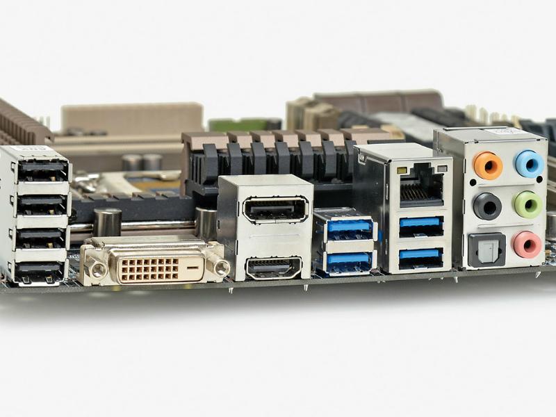 【スペック】対応CPU:Core i7/i5/i3、Pentium、Celeron●メモリスロット:PC3-14900 DDR3 SDRAM×4(最大32GB)●ディスプレイ:DisplayPort×1、HDMI×1、DVI-D×1●拡張スロット:PCI-E 3.0x16×2(x16/-、x8/x8で動作)、PCI-E 2.0 x4(x16形状)×1、PCI-E 2.0 x1×1●主なインターフェース:SATA 3.0×6、USB3.0×6、USB 2.0×8● LAN:1000BASE-T×1●実売価格:25,000円前後