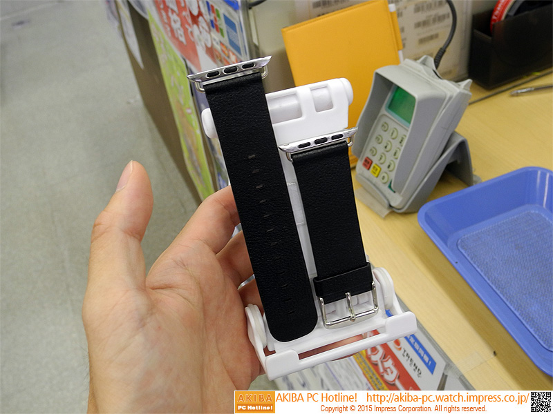 Metal Watch Band Adapterに別売りのバンドを取り付けた様子