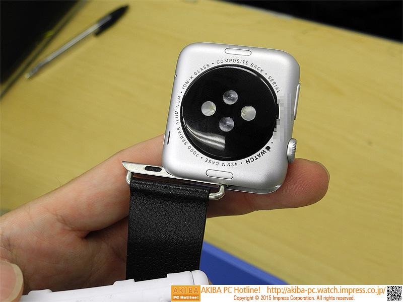 ベルトを金具に装着後、Apple Watchにスライドさせて装着する。
