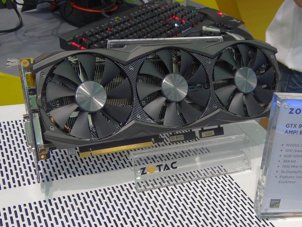 通常ファンを搭載したOCモデル「GTX 980 Ti AMP! Edition」もラインナップ。ファンは通常タイプだが、クーラーそのものはオリジナルのIcsStorm。動作クロックはGPUが1,051MHz(ベース)/1,140MHz(ブースト)、メモリが7,010MHz。