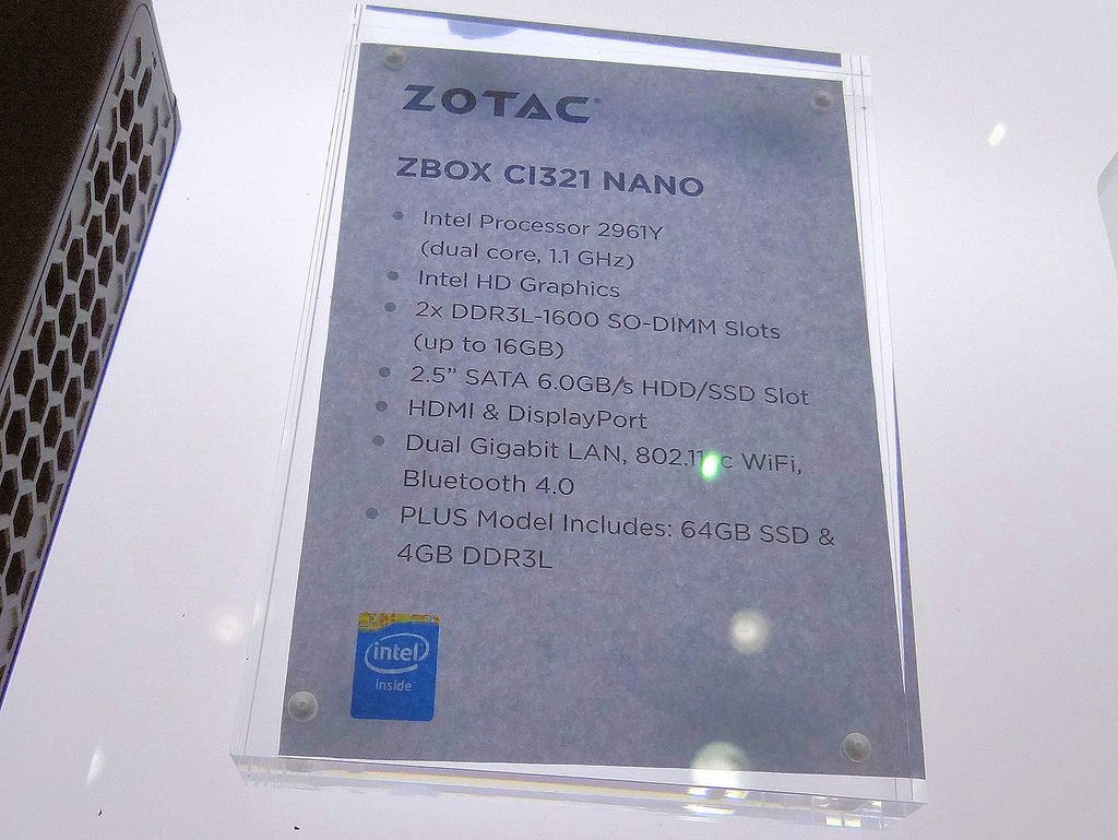 Celeronを搭載するファンレスモデル「CI321 nano」。Core M搭載の「CI521 nano」もある