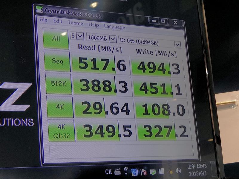 CrystalDiskMark v3.0.3のスコアが示すとおり、シーケンシャル性能はハイエンドに迫るほど高く、また512Kや4K=QD32の性能も十分に高い