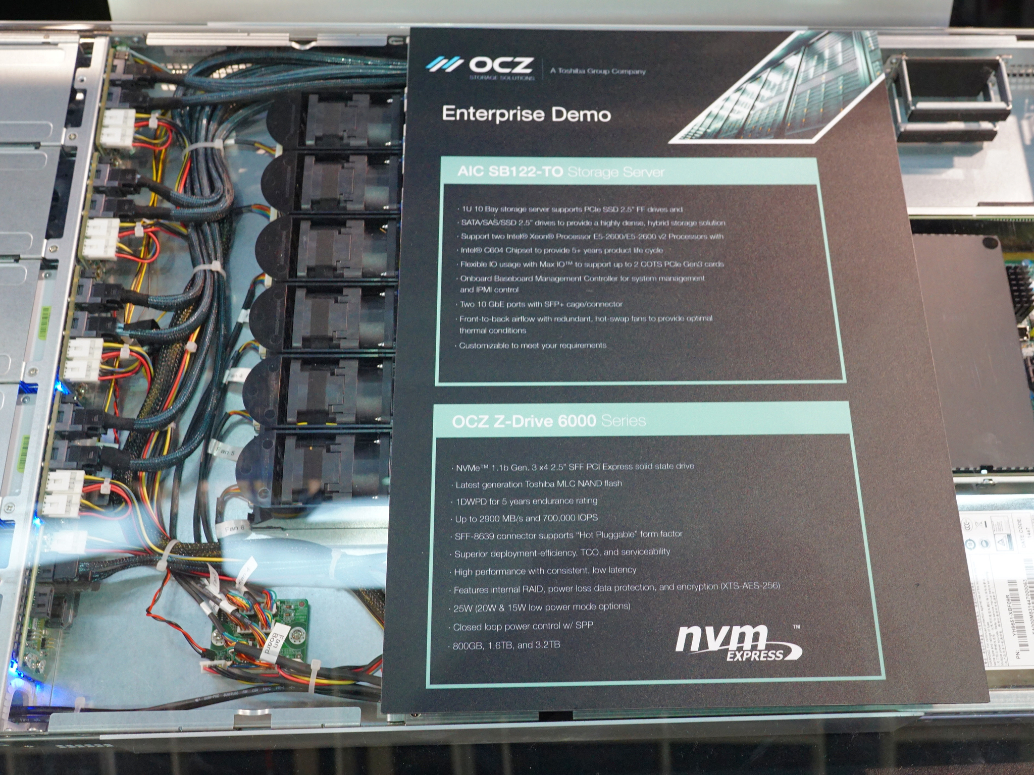 Z-Drive 6300のデモ機も展示。1台のSSDに対し確かに2本のMini-SASケーブルが装着されている