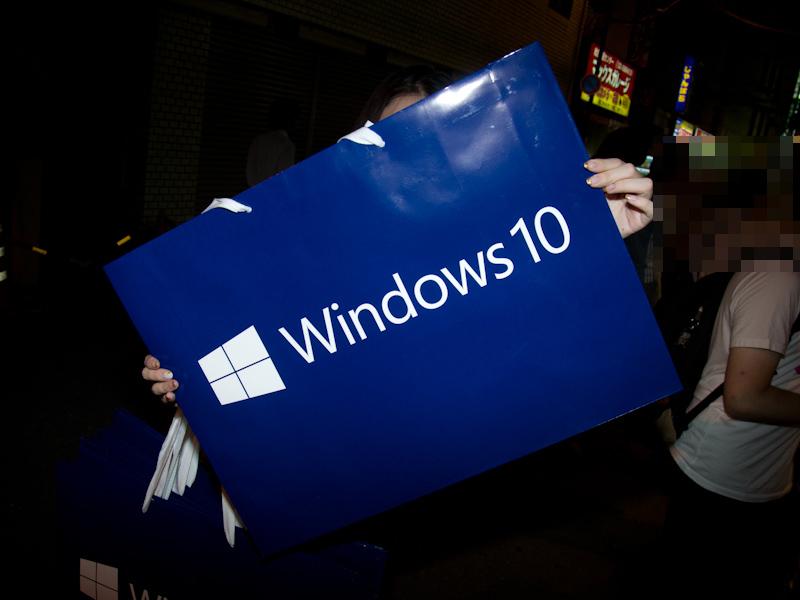 イベント参加者に配布されたWindows 10の紙袋