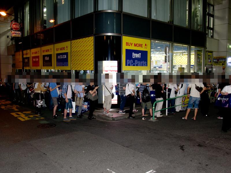 @@repstr buym@@前の列。先頭に立っていた人は20時頃から並んでいたとのことです。同店の前だけでも100人以上が並んでいました