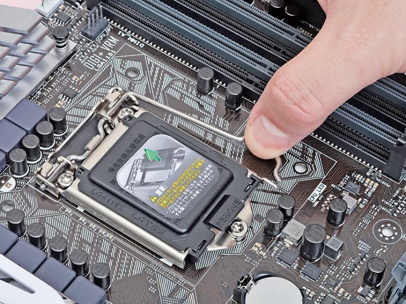 CPUソケットの右にあるレバーを、下に押しながら右側にずらす