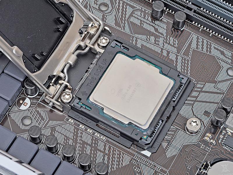 CPUにアダプタをはめ込んだ状態のまま、CPUをCPUソケットの上に載せる